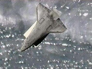 """""""阿特兰蒂斯""""号航天飞机作太空翻转"""
