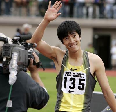 图文:飞人刘翔尤金赛夺得三连冠 孩子般的微笑