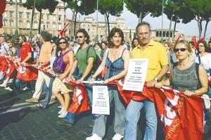 6月9日,意大利反战人士游行通过罗马市中心威尼斯广场。 新华社记者 杨爱国摄