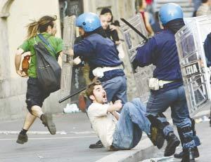抗议者与防暴警察冲突。 新华社/路透