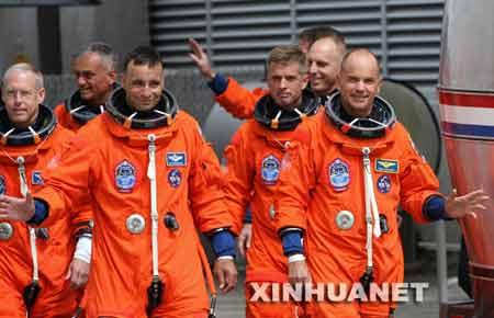 """6月8日,""""阿特兰蒂斯""""号的7名宇航员准备登车前往发射塔。"""