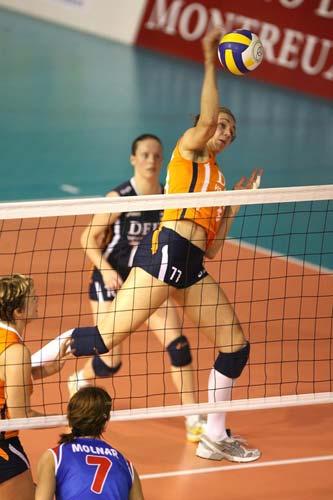 图文:荷兰女排名第三 温希尼克抓住空挡扣球