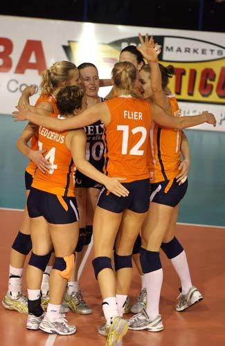 图文:荷兰女排名第三 荷兰女排庆祝胜利