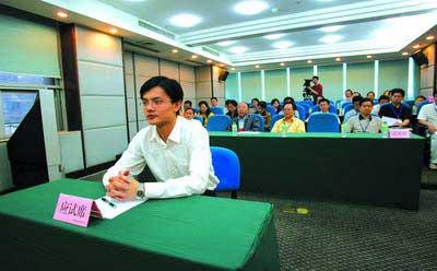 一考生正参加面试,市民、人大代表、政协委员参与旁听监督面试全过程 记者 徐元宾 摄