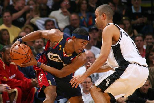 图文:[NBA]总决赛第二场 吉布森单打帕克