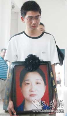 坚强的少年,强忍悲痛送别慈母。记者 刘大家 实习生 杨林 摄
