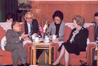 1982年12月24日,邓小平在人民大会堂会见英国前首相撒切尔夫人。