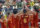 图文:中国女排三度折桂 队员夺冠后庆祝