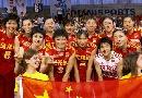 图文:中国女排三度折桂 队员与奖杯合影
