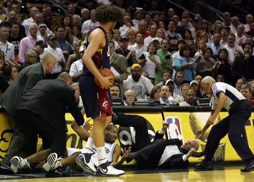 图文:[NBA]马刺胜骑士 霍里撞倒波波维奇