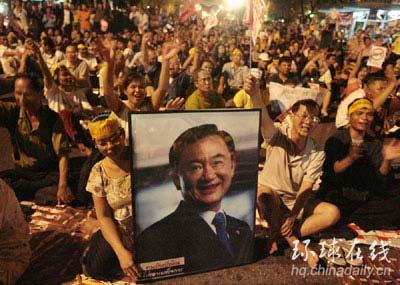 6月9日,泰国爆发大规模抗议军方的示威游行。示威者大部分都是前总理他信的支持。