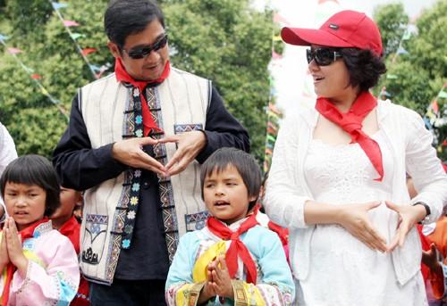 张国立邓婕夫妇与希望小学的孩子一起唱《感恩的心》。