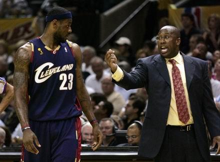 图文:[NBA]马刺胜骑士  布朗吼叫詹姆斯