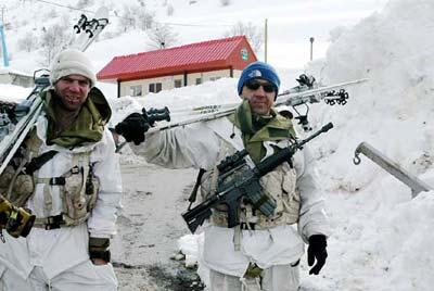 资料图片:两名巡逻的以色列士兵走下戈兰高地赫尔蒙山