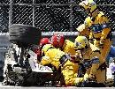 图文:[F1]库比卡撞车事故 赶紧把人抬出驾驶舱