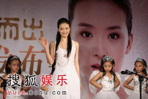 王艳在小天使的簇拥下登台