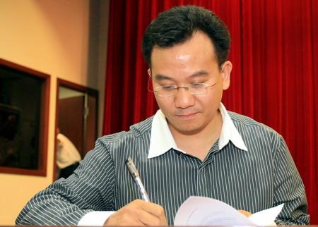 图文:体育旅游博览会发布会 陈陆明签约