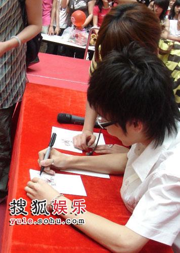 王啸坤认真为每位歌迷签名