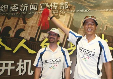 6月10日,剧组人员向来宾展示刘长春曾使用过的发令枪。