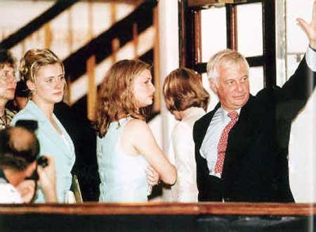 1997年6月30日深夜,末代港督彭定康与女儿挥别香港。