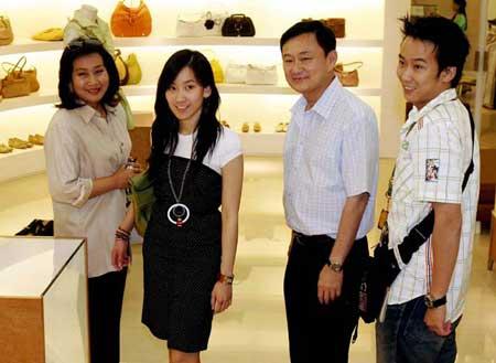 他信妻子Pojamarn、女儿Pinthongta Sinawatra、他信、儿子Panthongtae(左至右)