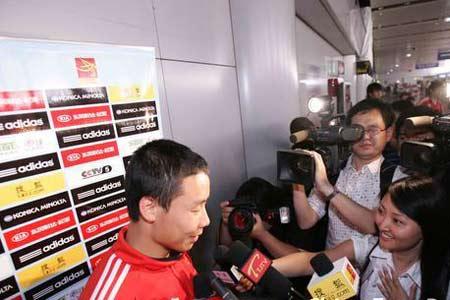 陈涛在机场接受采访(观看组图)