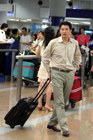 图文:瑞士精英赛女排凯旋 陈忠和走出机场