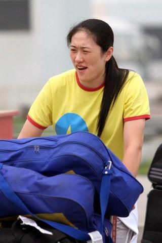 图文:瑞士精英赛女排凯旋 刘亚男走出机场
