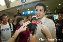 图文:中国女排载誉回国 陈忠和接受媒体采访