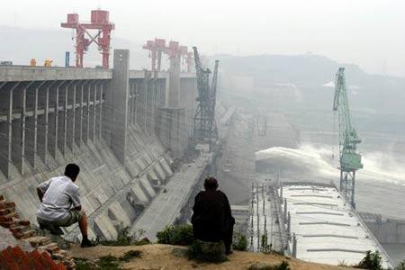 2007年6月12日,三峡大坝开启一孔泄洪闸和冲沙闸同时泄洪冲沙。