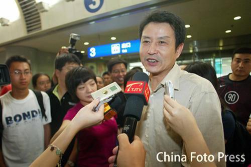 女排主帅陈忠和在首都机场接受采访