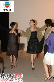 4号黄智雯和2号何傲儿学习拉丁舞蹈