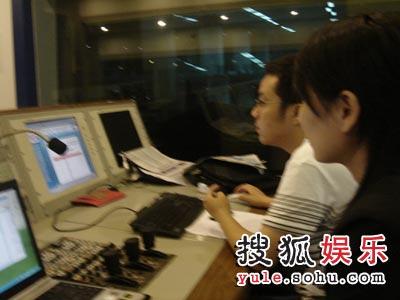 后台工作人员正在及时刷新短信票数