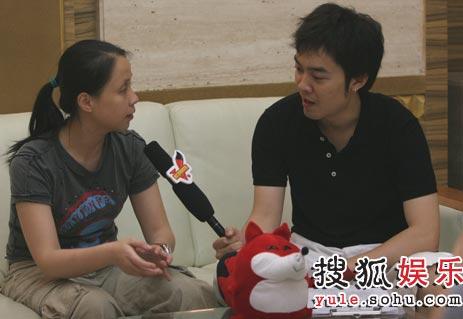 快男总导演龙丹妮正接受搜狐娱乐独家专访