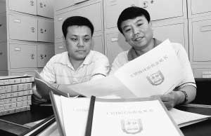 辽阳市劳动和社会保障局的工作人员在对工资协议进行审查。庄奉明摄