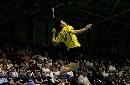 图文:林丹力挫英格兰男单选手 高高跃起杀球