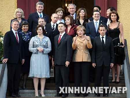 出席八国集团首脑会议的领导人及配偶在非正式晚宴前合影。新华社/法新