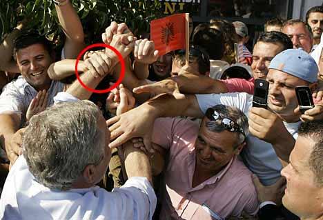 当布什向阿尔巴尼亚民众招手时,有人抓住了他的左手腕。
