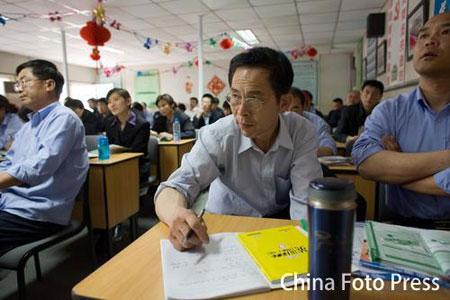 图文:北京出租车司机学奥运英语 热闹的培训班