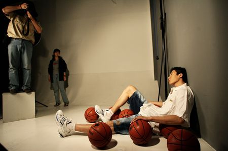 图文:男篮拍摄艺术照 古立业摆pose