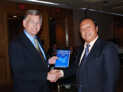 肖金泉向美国财政部对华战略经济对话特使Alan F. Holmer赠送专著