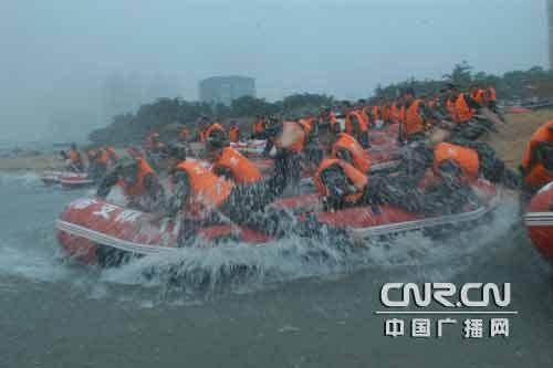 冲锋舟乘风破浪穿行于风口浪尖,变换各种队形进行水上搜救;皮划艇八人游泳池氯超标图片