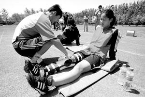 女足姑娘张娜(右)带伤出现在训练场