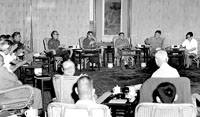 1977年8月4日早晨,邓小平在人民大会堂,主持召开了科学和教育工作座谈会,果断决策恢复高考制度。新华社发