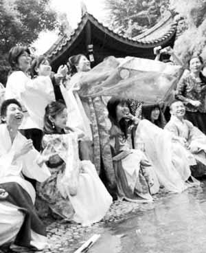 北京大学生穿汉服过端午