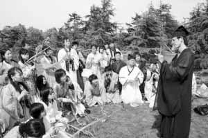 上海白领穿汉服体验传统端午节