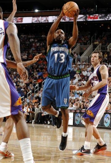 图文:[NBA]太阳胜森林狼 詹姆斯突破上篮