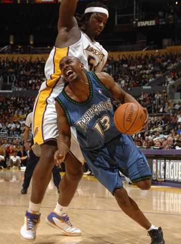 图文:[NBA]湖人胜森林狼 詹姆斯带球突破