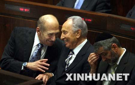 6月13日,在耶路撒冷,以色列副总理佩雷斯(中)与总理奥尔默特(左)在以色列议会举行的总统选举过程中交谈。新华社发(阿里埃勒摄)