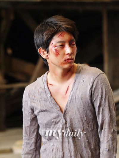李俊基满身伤痕